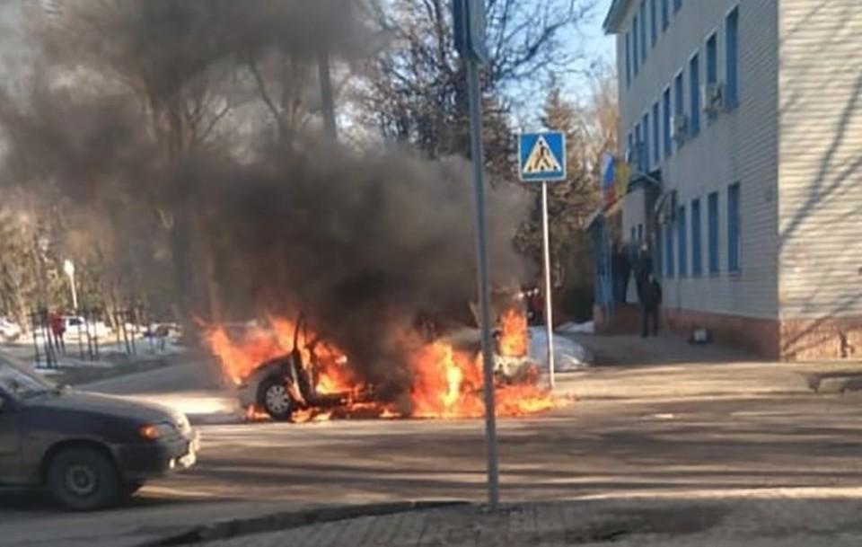 Огонь охватил автомобиль полностью.