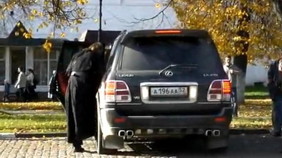 """Оборотистый батюшка сейчас разъезжает на """"Лексусе"""" (Фото: rutube.ru)."""