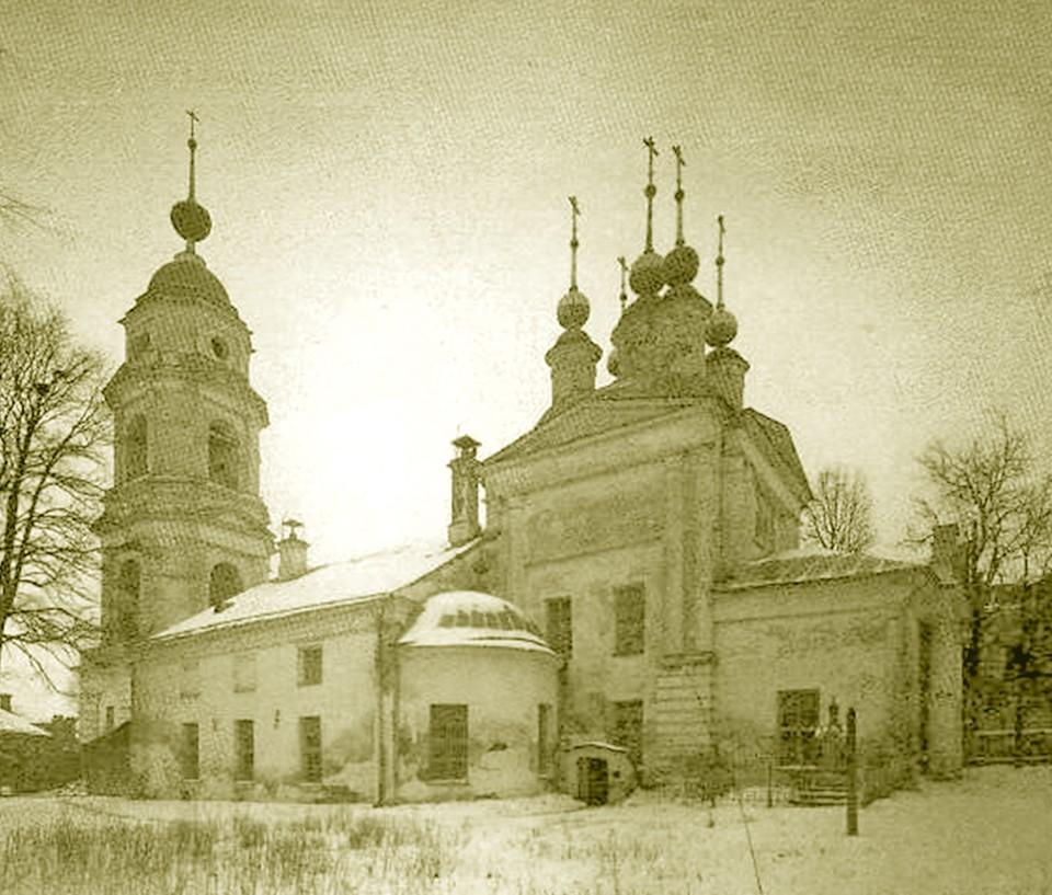 Сначала на этом месте располагался храм Михаила Архангела