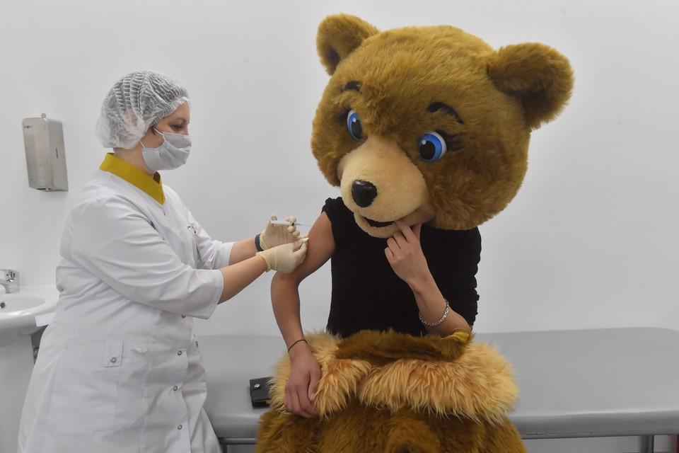 Медсестра делает прививку аниматору