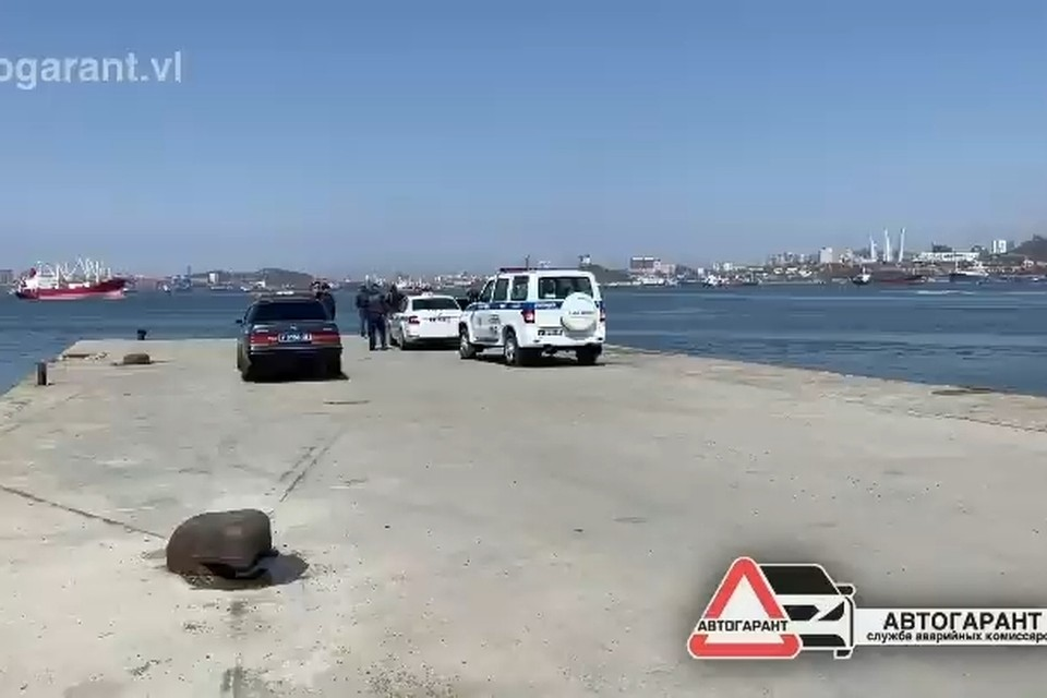 С этого пирса на острове Русский, уходя от полицейской погони, слетел автомобиль Toyota Crown Majesta. Скриншот видео: instagram.com/autogarant.vl