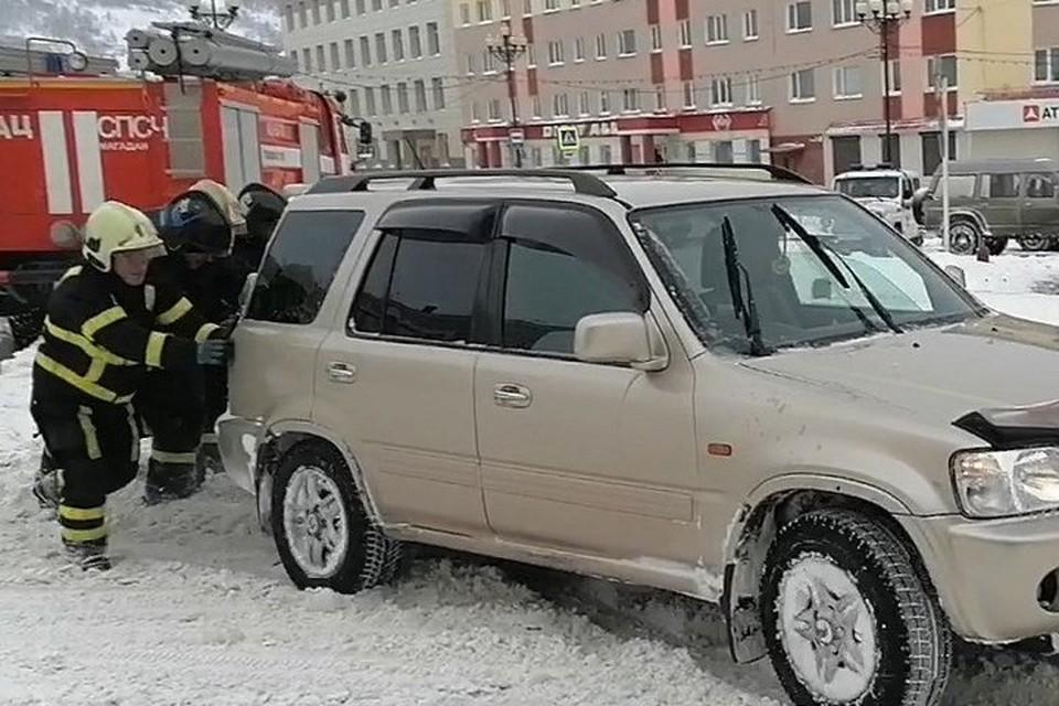 Автобусы не вышли на маршруты, автолюбители вязнут в сугробах: на Колыму обрушился снежный циклон