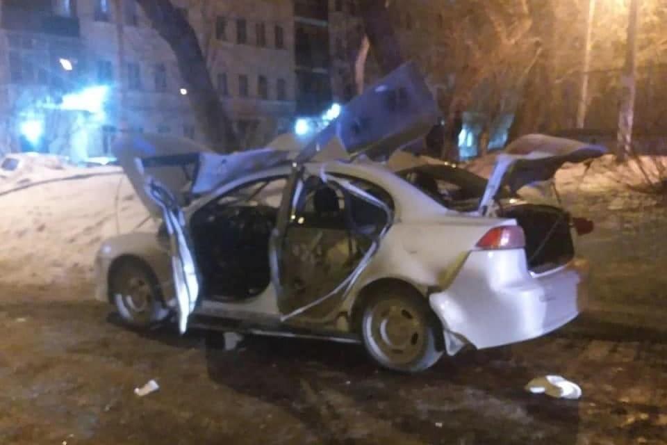 По словам жителей, машина рванула, когда водитель садился в нее. Фото: vk.com/«Типичный Челябинск»