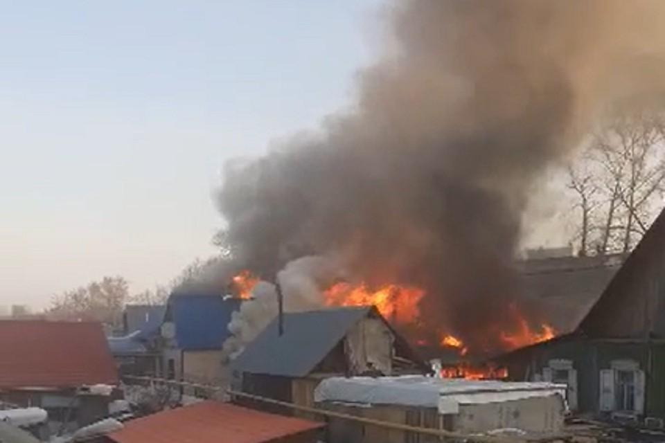 """В Первомайском районе вспыхнули два частных дома. Фото: """"Подслушано Первомайка""""."""