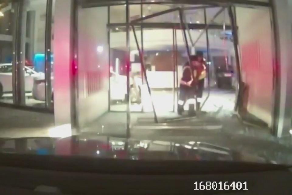 В Красноярске: после ссоры с охранником водитель протаранил автосалон Lexus. Стоп-кадр видео
