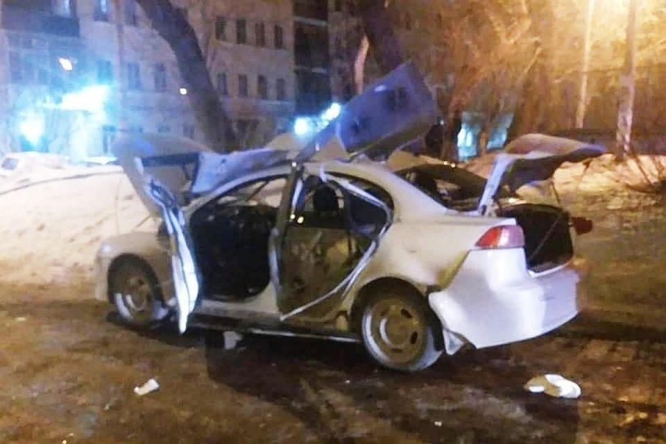 По словам жителей, машина рванула, когда водитель садился в нее. Фото: Типичный Челябинск/vk.com