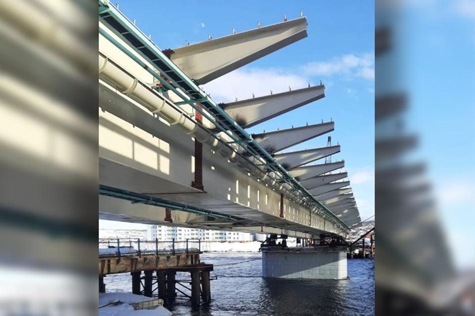 Надвижка пролетного строения моста весом в 750 тонн требует предельной точности и аккуратности. Фото: ЭкспрессСтрой.