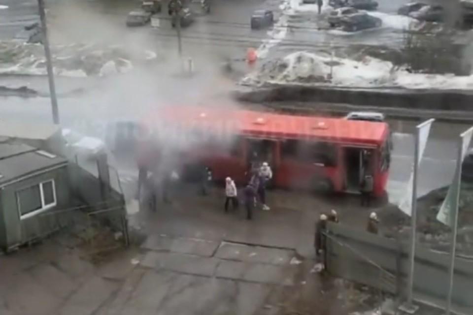 Люди покидали задымившийся автобус, не торопясь. Фото: instagram.com/zloykirovchanin/