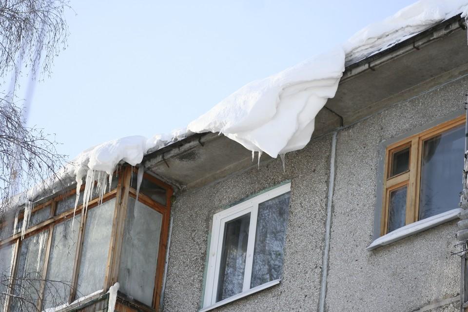 Во время оттепели и при температурных колебаниях снежные массы и глыбы льда могут сорваться с крыш