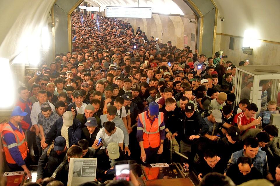 Мусульмане в Московском метро в праздник Ураза-Байрам.