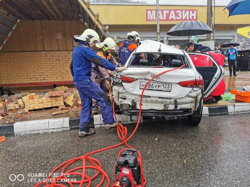 Спасатели извлекают водителя из покореженного авто. Фото: ЮРПСО МЧС России