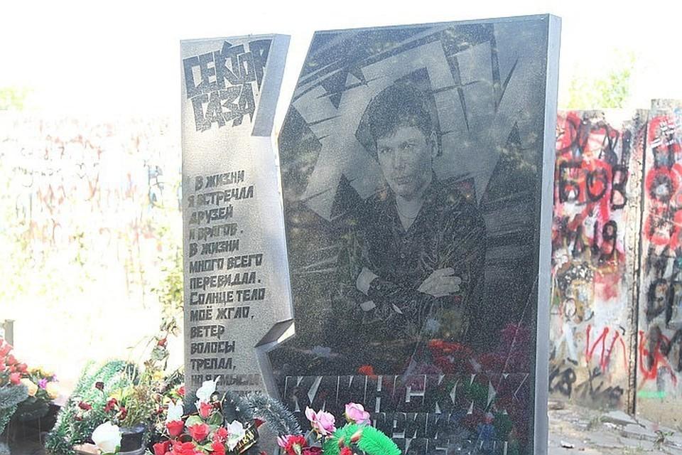 Пока единственный памятник Юрию Хою расположен на кладбище, где он похоронен.