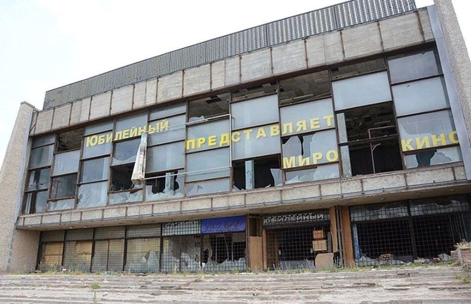 Здание кинотеатра уже 15 лет стоит заброшенным и уже представляет угрозу для окружающих, поэтому его решили забрать у владельца.