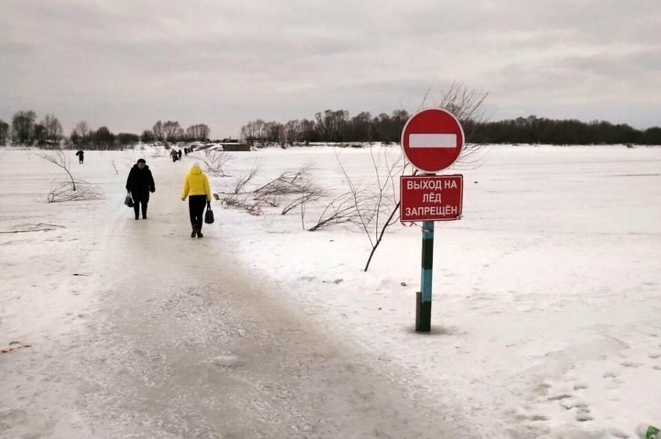 Много лет жителям поселка приходится ходить прямо по тропе через замерзшую реку