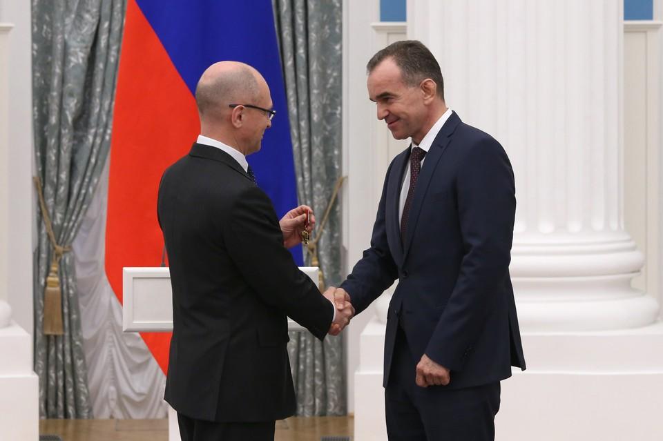 Сергей Кириенко вручает награду главе Кубани.