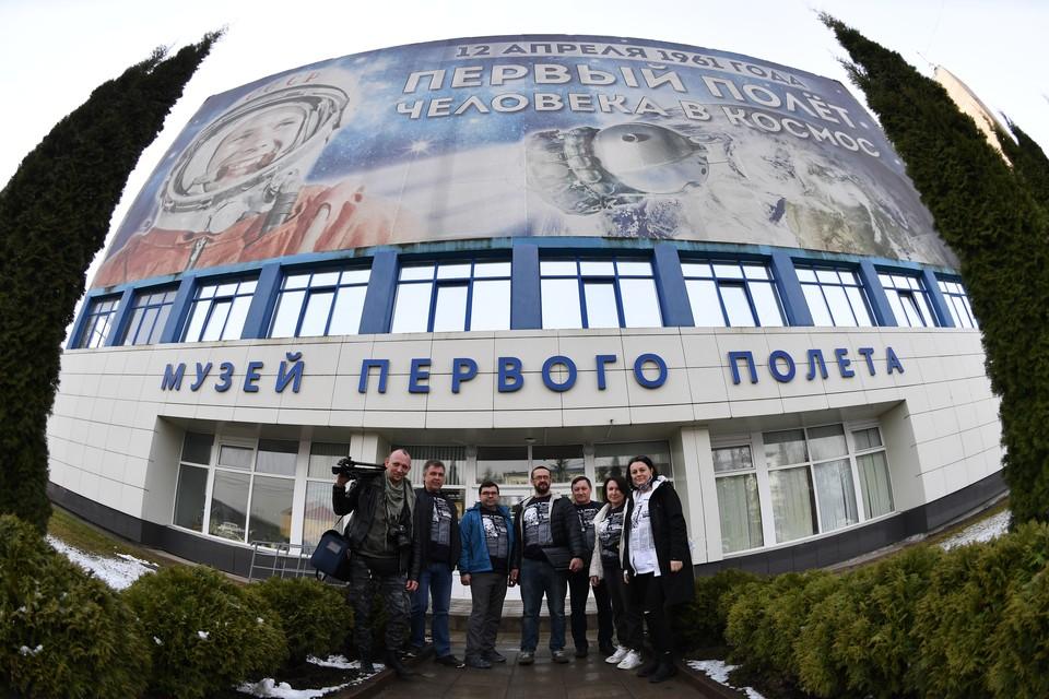 Экипаж автопробега - в городе Гагарине. Фото: Иван Макеев/Медиагруппа «Комсомольская правда»