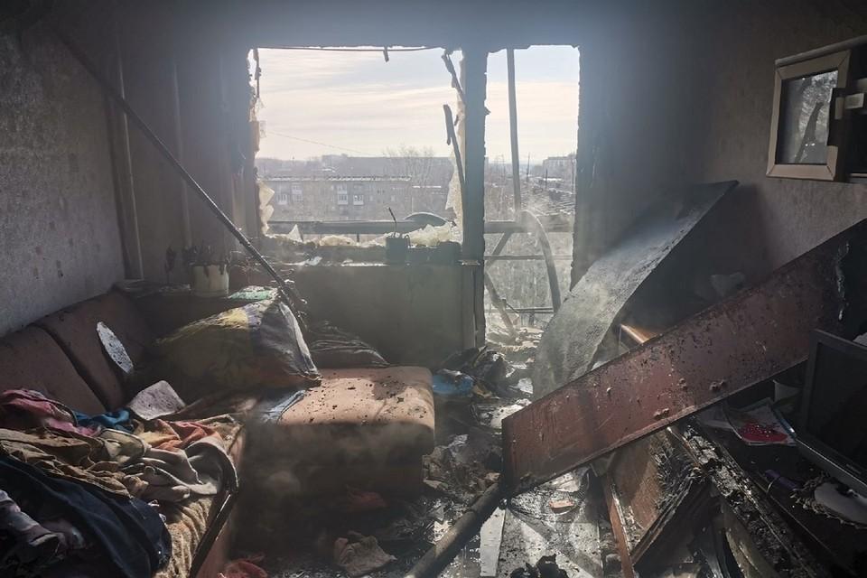 Балкон сгорел полностью, а вся квартира покрылась копотью. Фото: Яна Потехина.