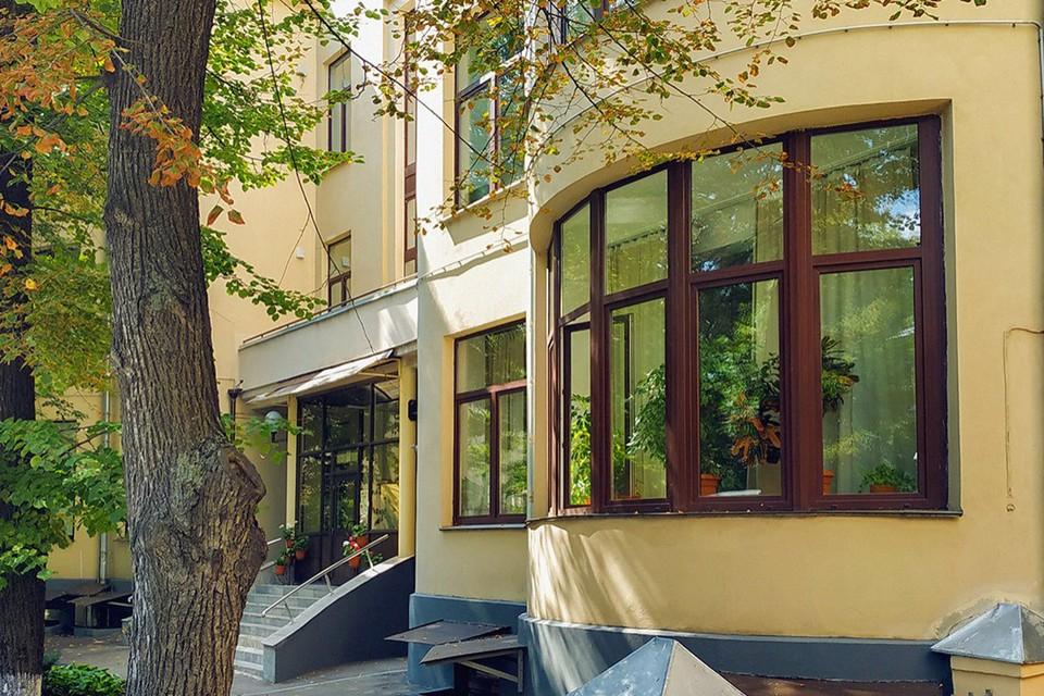 Трехэтажное здание в Милютинском переулке известно как особняк наркома НКВД Генриха Ягоды. Фото: mos.ru