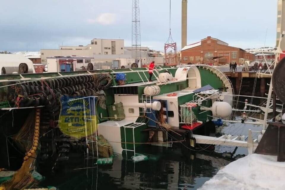 """Чем дольше """"Мелькарт"""" находится в соленой воде, тем выше вероятность, что его нельзя будет дальше эксплуатировать. Фото: Фото: vk.com/murmansk_dtp"""