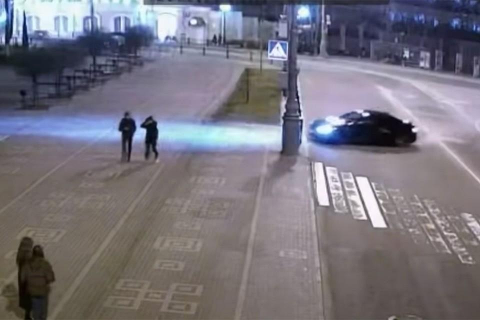 Появилось видео из Гомеля, где уличный гонщик на BMW вылетел на тротуар. Кадр видео УВД Гомельского облисполкома.