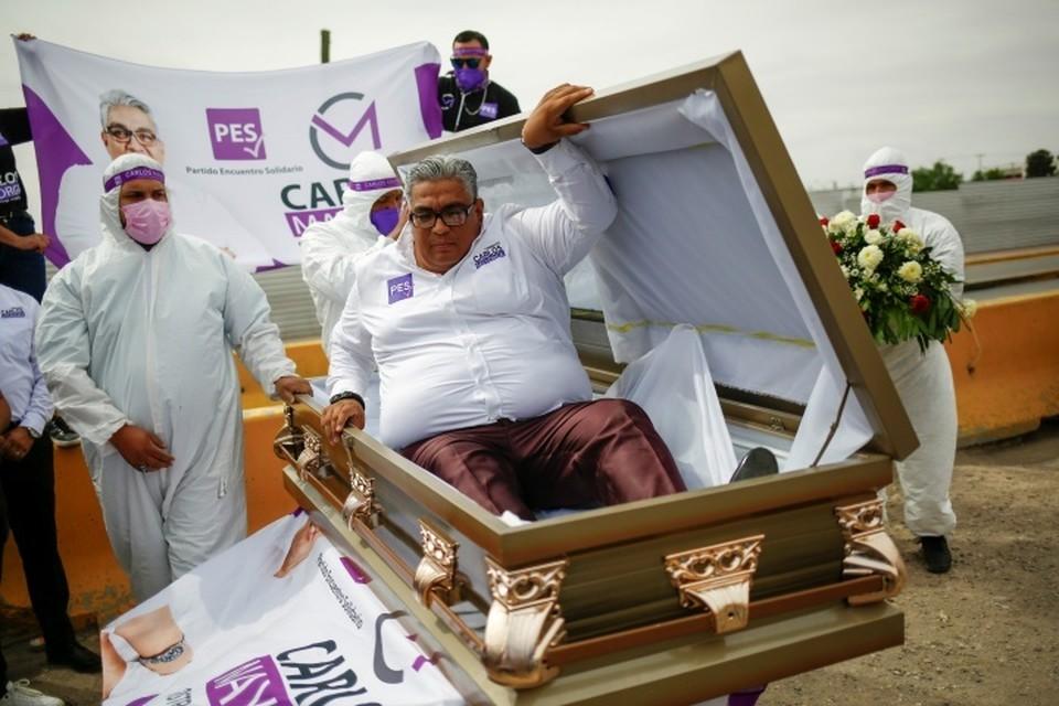 Карлос Майорга прибыл на встречу с избирателями в гробу