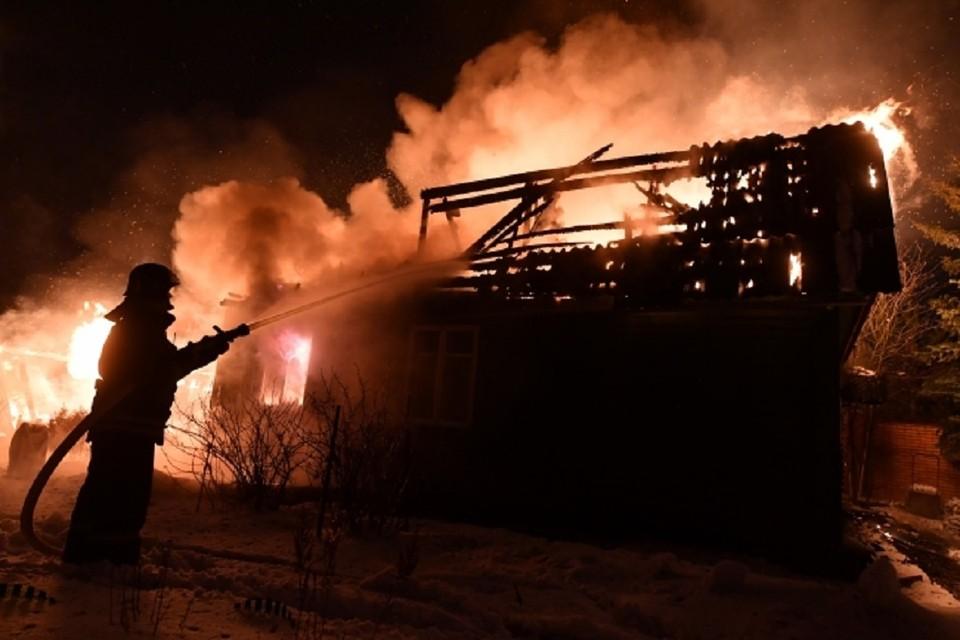 В Новосибирске на пожаре в нежилом доме погиб мужчины. Его личность установят следователи.