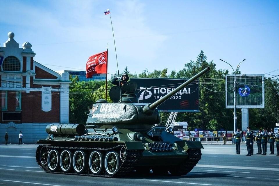 Танк Т-34 возглавил выезд военной техники на площадь Ленина.