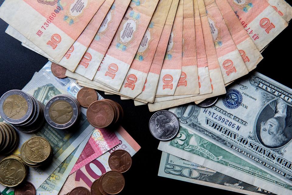 53 копейки - именно столько сегодня стоит американский доллар. А евро - 62 копейки.