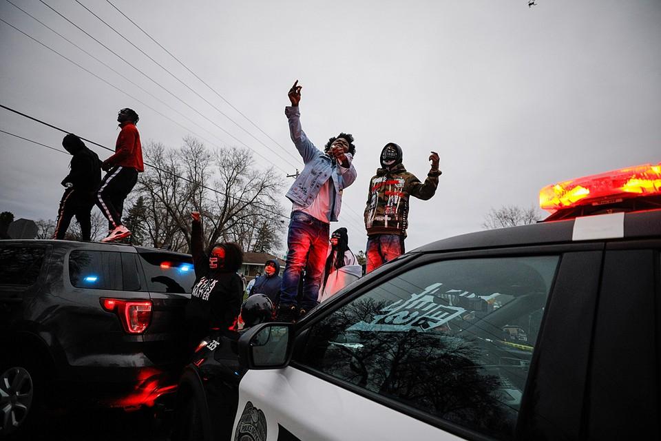Чтобы разогнать агрессивно настроенную толпу, пришлось применить слезоточивый газ
