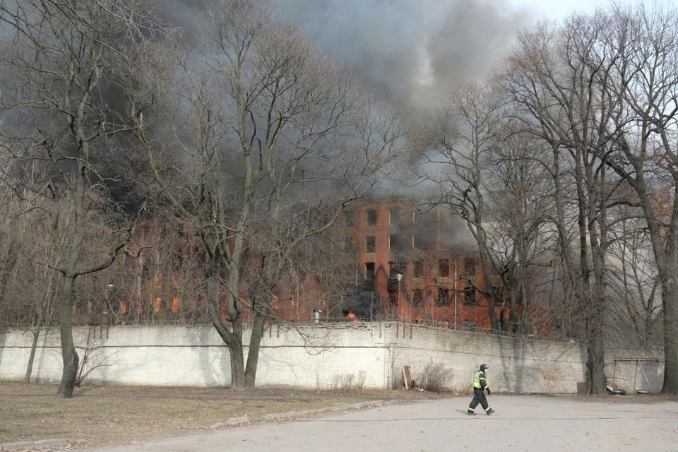 """Беглов заявил о необходимости восстановить здание """"Невской мануфактуры"""" после пожара."""