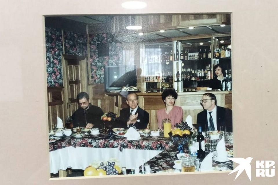 Принц много шутил, любезничал с дамами, выпивал горячительное, но в пределах разумного. Фото: предоставлено гостиницей