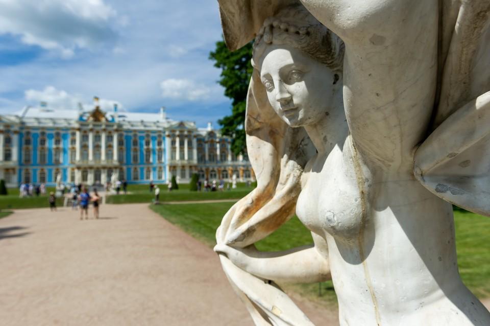 """В Царском Селе с 15 апреля начнут открывать статуи после """"зимней спячки"""""""