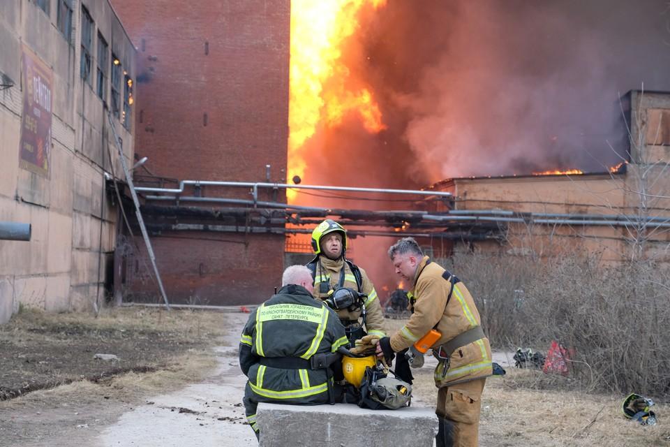 Спасатели сутки боролись с огнем