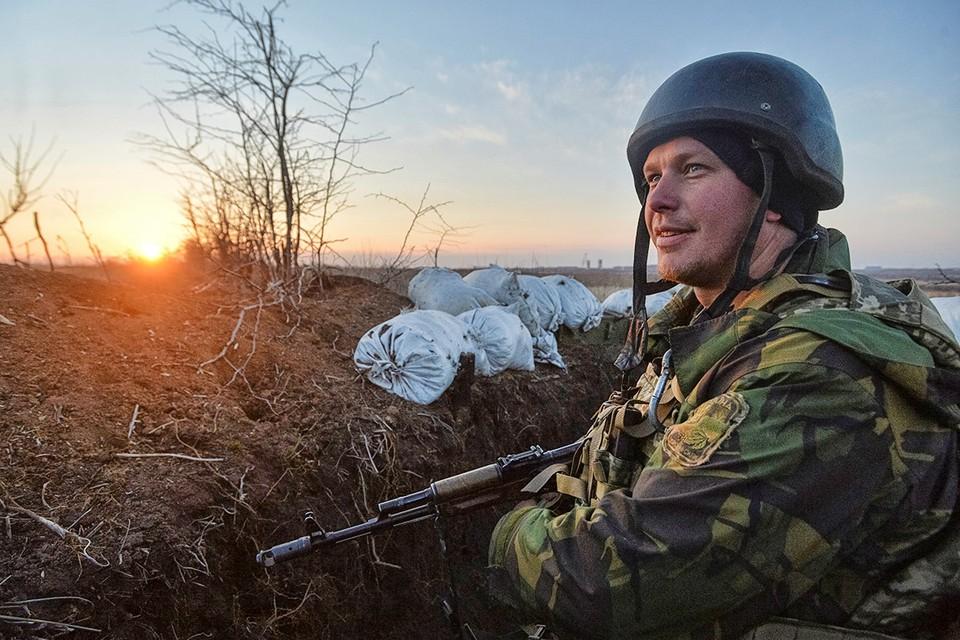 Солдат ВСУ на позициях в Донецкой области.