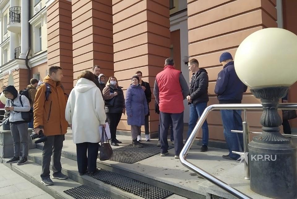 Десятки вкладчиков собрались у главного офиса банка