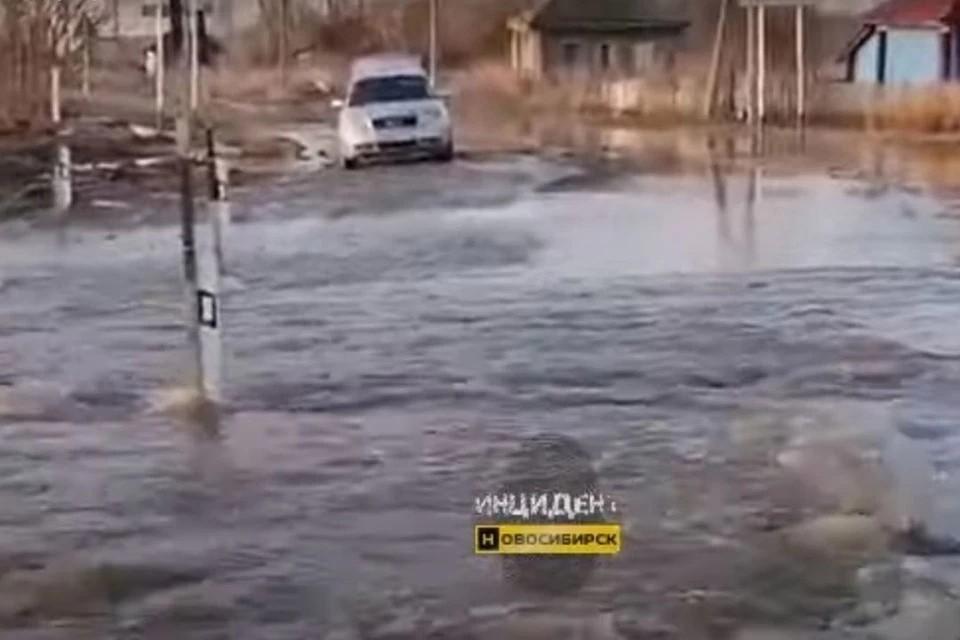 Прокуратура провела проверку после того, как в поселке Семеновский в Коченевском районе дорогу затопило из-за паводка. Фото: Кадр из видео