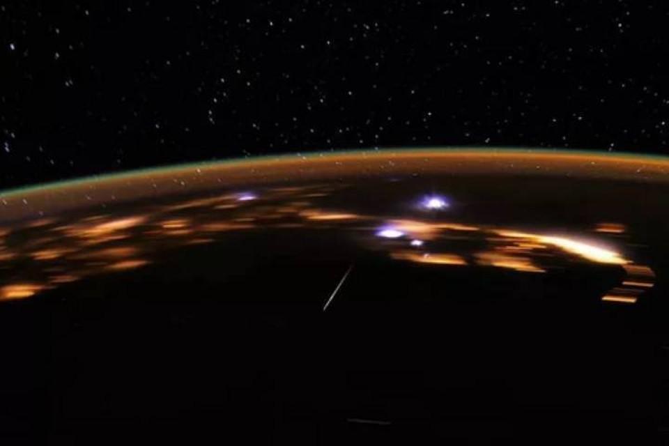 Снимок с борта МКС: метеор потока Лириды, оставивший след в 2012 году.