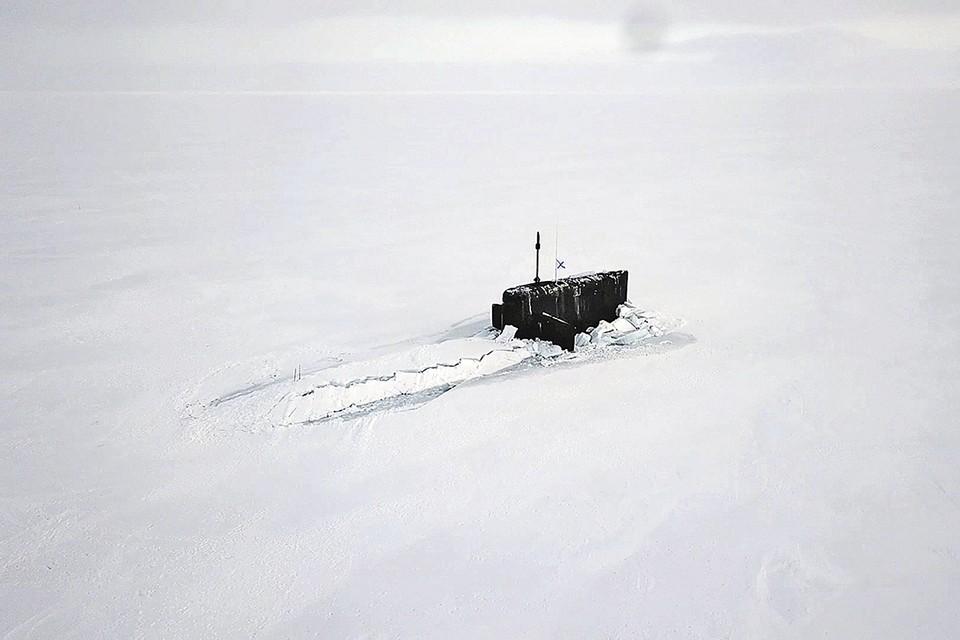 Атомный ракетоносец всплыл точно в указанном месте, проявив ювелирную точность. На этом фото видна та самая вешка, откуда пришлось прогонять медведя. Фото: © Минобороны России