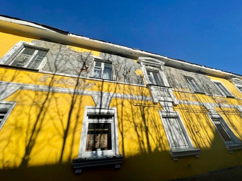 Дом №8 на улице Октябрьской в Мурманске выглядит уже не презентабельно. Фото: Роман Глек