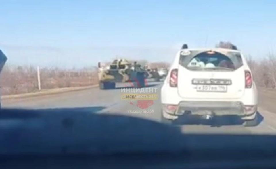 Колонна военных машин прошла по трассе и практически парализовала автомобильное движение.
