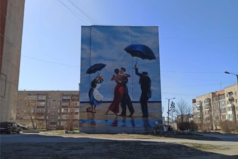 Первый фасад уже готов, его украсили работой Джека Веттриано «Танцующие на пляже». Фото: Тимур Абдуллаев