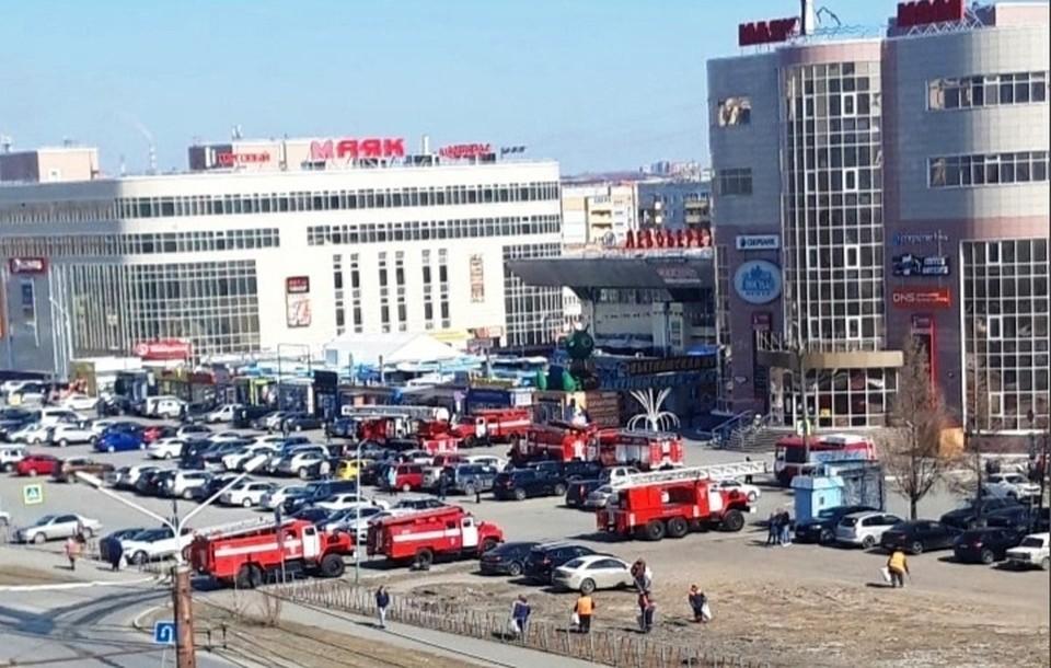 7 пожарных машин заметили на парковке у крупного ТЦ.