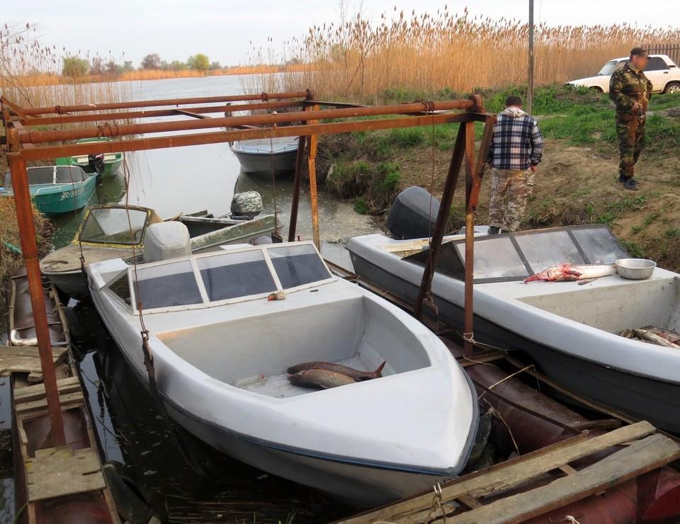 Мужчины рыбачили на реке Бушма