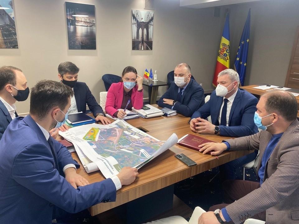 """Примэрия Кишинева намерена реабилитировать территорию возле озера в парке """"Валя Морилор"""". Фото:ionceban.md"""