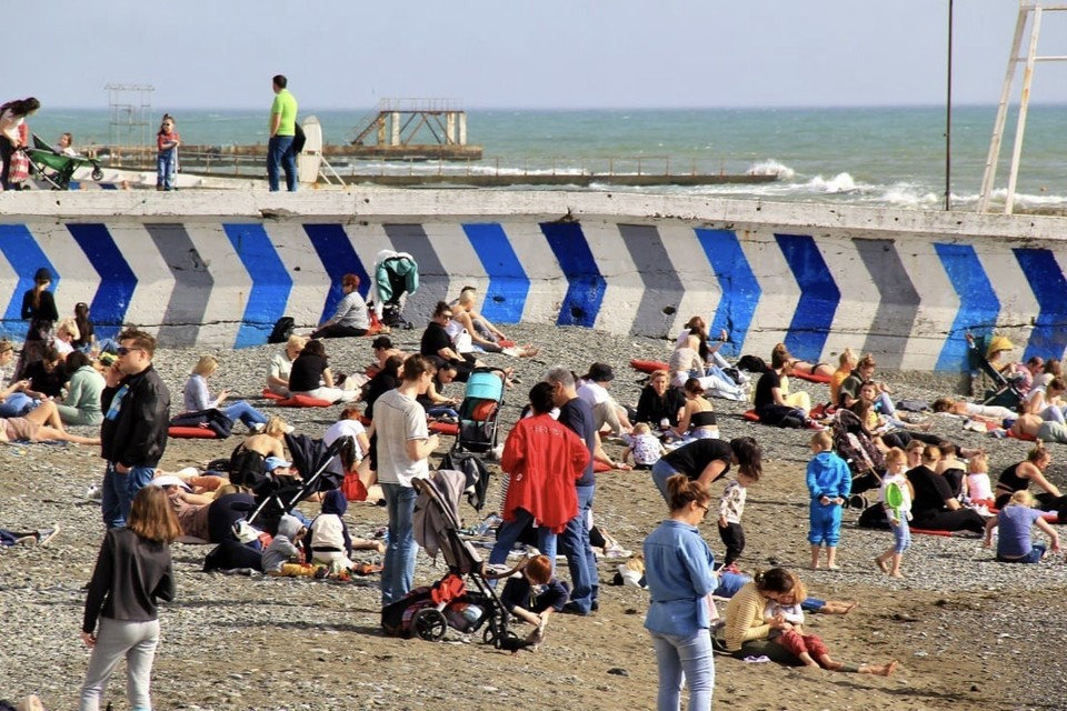 Даже в апреле сочинские пляжи уже заполнены