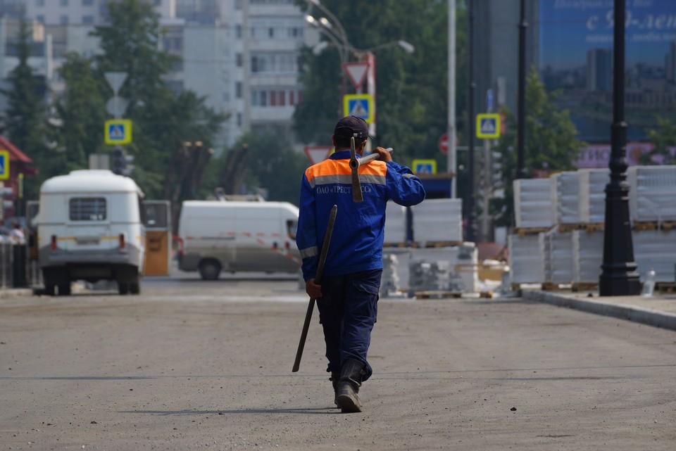 Чистить магистрали от пыли дорожники продолжают каждый день.