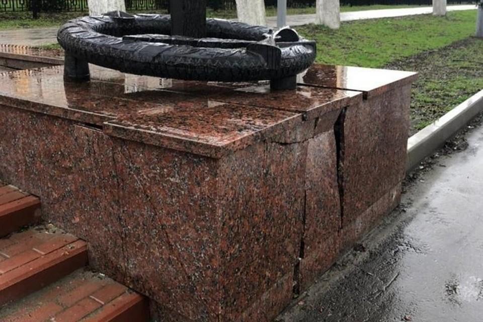 Грузовой автомобиль повредил постамент памятника Трем героям в Фокинском районе Брянска.