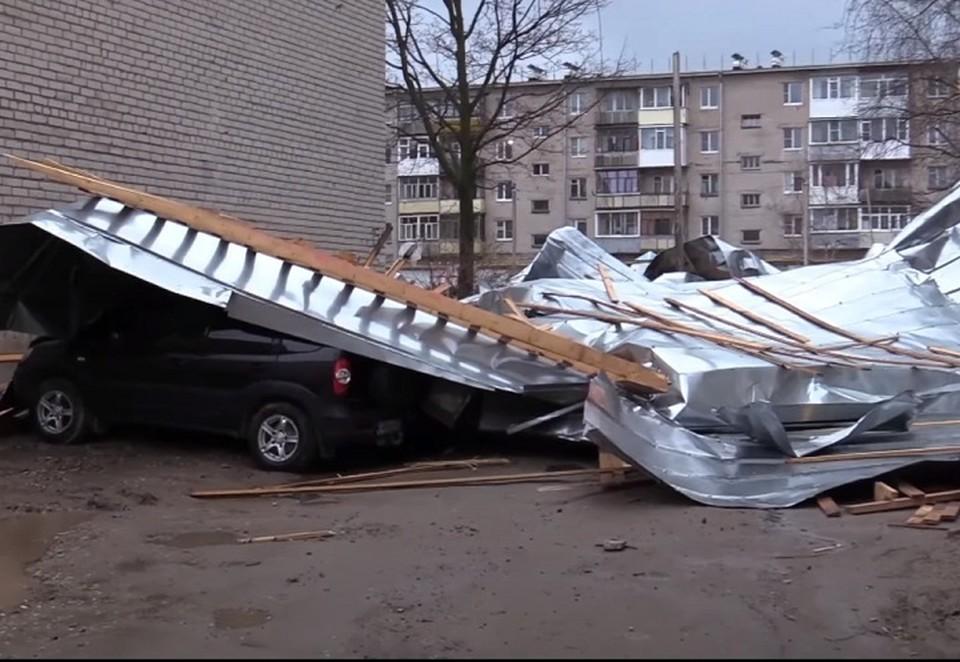 """Сорванная крыша накрыла автомобили и детскую площадку. Стоп-кадр видео районной газеты """"Звезда"""""""