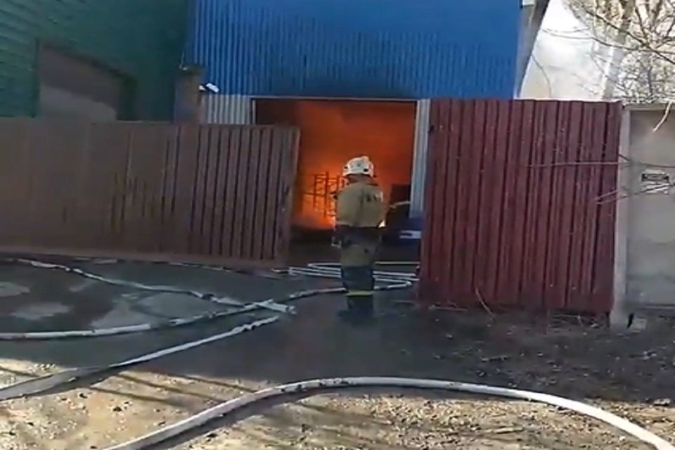 В Новосибирске на территории склада вспыхнула пристройка. Фото: стоп-кадр.