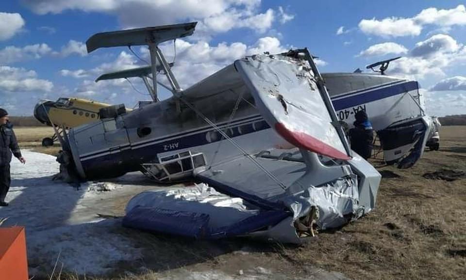 Самолет перевернулся из-за ветра.